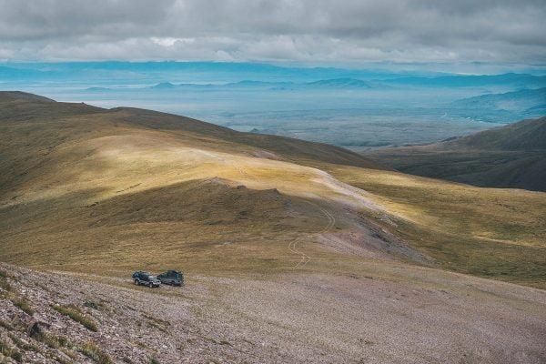 начало прогулки к вершине холма, с которого открывается вид на долину реки Ирбисту и горные озёра